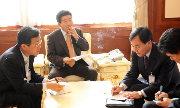 <대통령님, 촬영하겠습니다>2007년1월9일 집무실에서 회의/ ⓒ 장철영