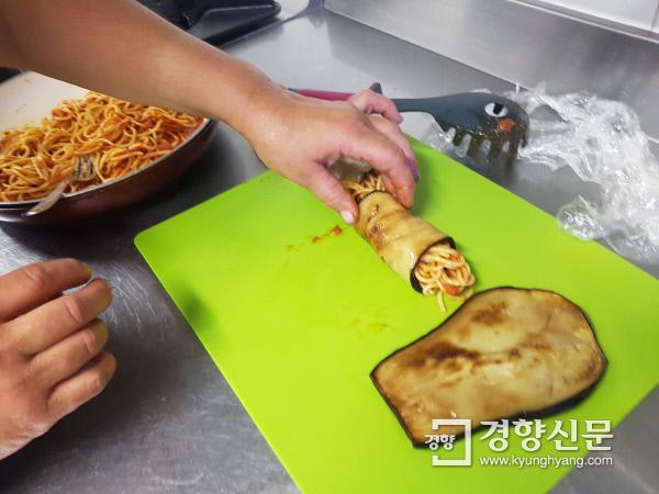 가지를 얇게 썰어 토마토소스로 버무린 스파게티를 넣어 말아 먹는다. 이것도 정말 별미다.