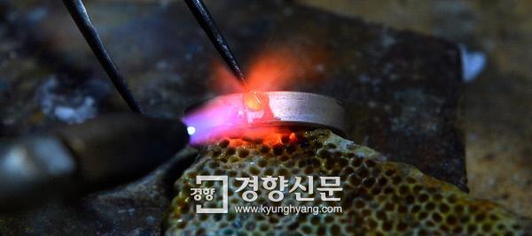 연결점 부분에 땜 알갱이를 녹여 올린 뒤 흘려넣으면서 땜질하고 있다. 지저분해 보이지만 가공을 마치면 어느 부분에 땜질을 했는지 티가 나지 않는다. 정지윤 기자