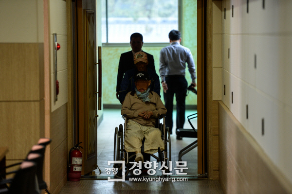 지난해 6월 20일 전남 고흥군 국립소록도병원 별관에서 한센인들이 단종, 낙태 피해 실상을 직접 듣는 특별 재판을 참관하기 위해 재판장에서 기다리고 있다. 이준헌 기자 ifwedont@kyunghyang.com