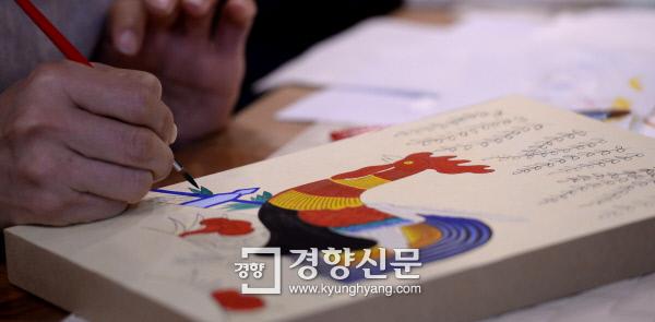 지난 15일 열린 경향신문 취미잼잼 '민화 그리기' 클래스에 참가한 독자가 가느다란 붓으로 붉은 닭 그림에 색을 입히고 있다. 김기남 기자 kknphoto@kyunghyang.com