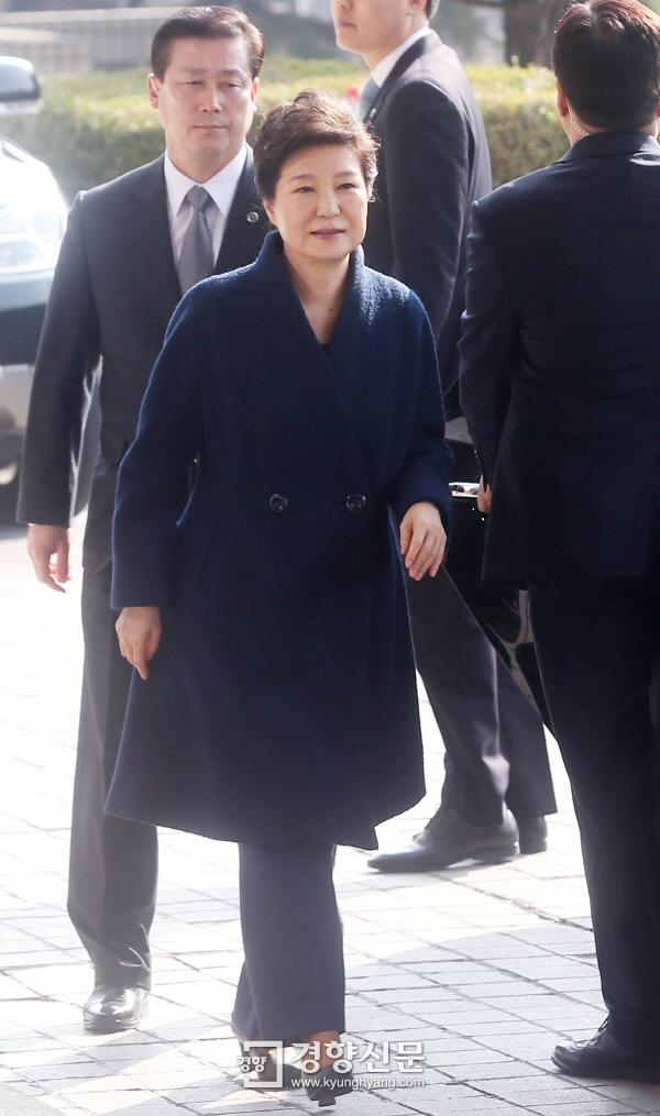 박근혜 전 대통령이 21일 오전 서초동 서울중앙지검에 출석하고 있다. 사진공동기자단