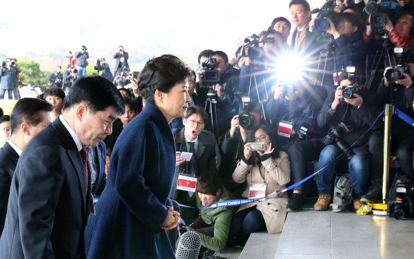 박근혜 전 대통령이 21일 오전 서울 서초동 서울중앙지검에 출석하고 있다. 사진공동기자단