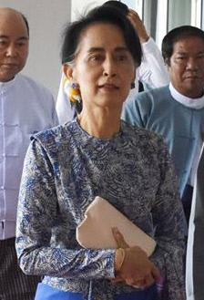 아웅산 수지의 '민주정부 1년'…미얀마는 여전히 '비민주적'