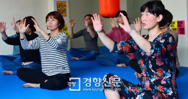 경향신문 '취미잼잼' 3월 수업에 참가한 여성들이 셀프디펜스를 위한 기본 팔 동작을 연습하고 있다. 정지윤 기자 color@kyunghyang.com