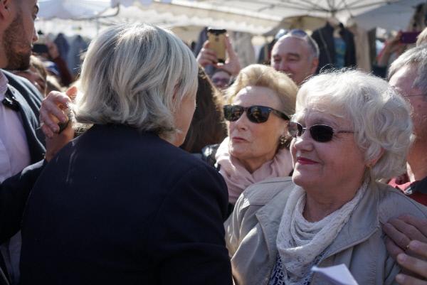 마린 르펜을 환영하는 시장 인파들. 마린은 랑크루아트 지방의 한 시장을 방문했을 때 상인들과 시민들로부터 놀라운 환영을 받았다고 적었다.     마린 르펜 트위터계정