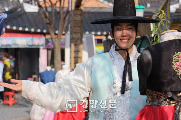 전주 한옥마을에서 '한복전령사'로 불리는 박세상씨가 17일 인터뷰를 마친 후 자신이 운영하는 한복 전시장 앞에서 기념촬영을 했다.