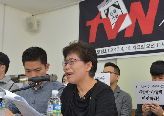 At a press conference at the Francisco Hall in Jeong-dong, Seoul on April 18, Kim Hye-yeong, the mother of the late producer Lee Han-bit cries as she calls for an investigation into the death of her son. Jeong Ji-yun