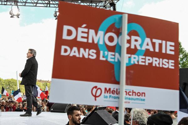 장 뤽 멜랑숑이 4월16일 툴루즈에서 연설을 하고 있는 연단에 '기업 내 민주주의'라는 피킷이 보인다. 르펜의 유세장이 그렇듯이 멜랑숑의 유세장도 많은 유권자들이 쌓인 분노와 희망을 쏟아내는 출구이기도 하다.        툴루즈/ EPA연합뉴스