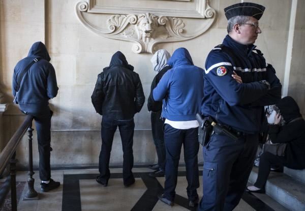 프랑스 대선 1차투표를 사흘 앞둔 4월20일 2012년 사르셀의 한 유대인 잡화점을 수류탄으로 공격했다가 체포된 이슬람 테러리스트들이 파리 시내 법원에서 재판을 앞두고 얼굴을 복면으로 가리고 있다. 파리/EPA연합뉴스