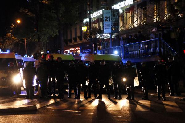 """""""공화국이 점령당했다."""" 대선 1차투표 출구조사 결과가 발표된 23일 밤 프랑스 공화국의 상징인 파리 시내 공화국광장에 폭동진압 경찰관들이 주둔해 있다. 선거 결과에 승복하지 않은 사람들의 거센 항의로 소란이 있었다. 파리/EPA연합뉴스"""