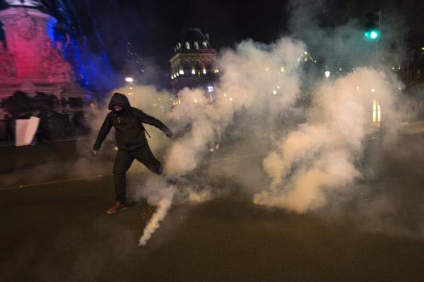 프랑스 대선 1차 투표 결과가 발표된 4월23일 밤 민족전선의 마린 르펜 후보의 결선투표 진출에 항의하는 청년들이 파리 시내 바스티유 광장에서 시위를 벌이고 있다. 파리 AP연합뉴스