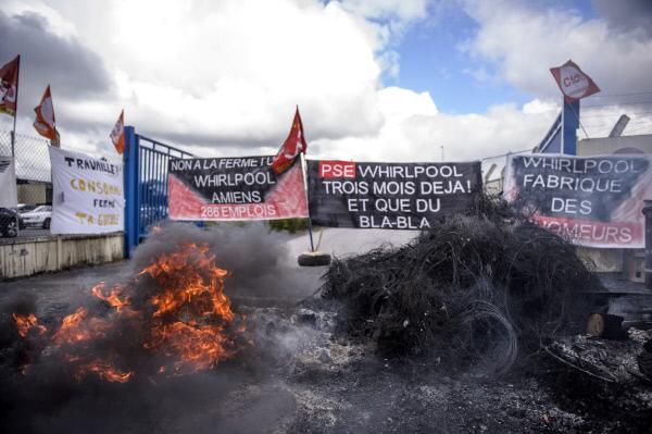 중도 에마뉘엘 마크롱 후보와 극우 마린 르펜 후보가 26일 시차를 두고 방문한 프랑스 북부 아미앵의 월풀공장에서 노동자들이 공장의 해외이전에 반대하면서 격렬한 시위를 벌이고 있다. 먼저 방문한 르펜은 노동자들의 환대를 받았지만, 마크롱의 방문 직전 노동자들은 바리케이트 앞의 타이어에 불을 붙이면서 불편한 기색을 내비쳤다.  아미앵/EPA연합뉴스