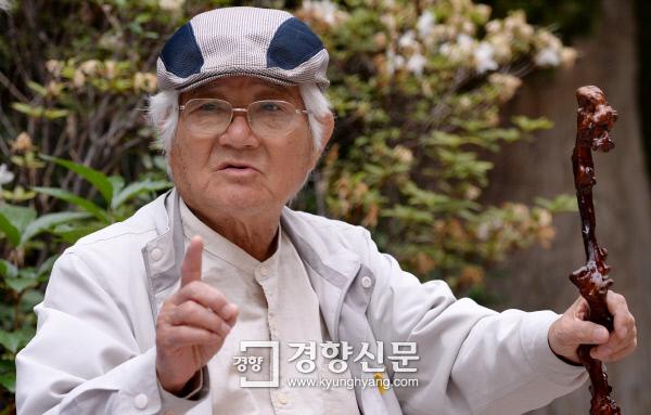 """""""옳다고 믿을수록 의심해야 돼. 신념도 옳기 때문에 더 무서운 거야. 모든 좋은 것엔 반드시 나쁜 것도 있다고!"""" 채현국 이사장의 은근한 말투엔 말끝마다 단호함이 서려 있었다. 박민규 선임기자 parkyu@kyunghyang.com"""
