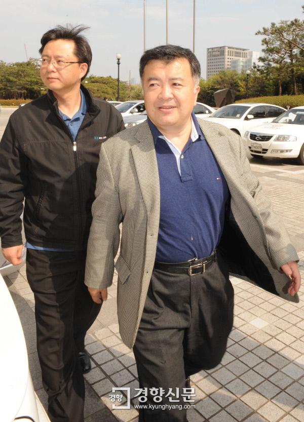 2009년 4월10일 노무현 전 대통령의 아들 건호씨가 조사받고 있는 가운데 이인규 대검 중수부장과 우병우 중수1과장이 청사로 들어가고 있다. 김문석