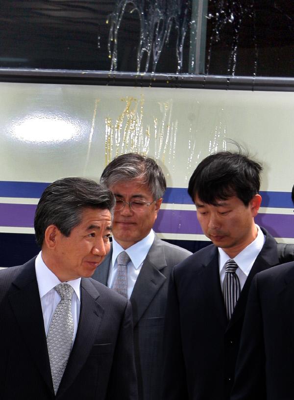 2009년 4월30일 서울 서초동 대검찰청에 도착한 노무현 전 대통령이 보수단체 회원들의 계란세례를 맞은 버스에서 내려 청사로 향하고 있다. 경향신문 자료사진
