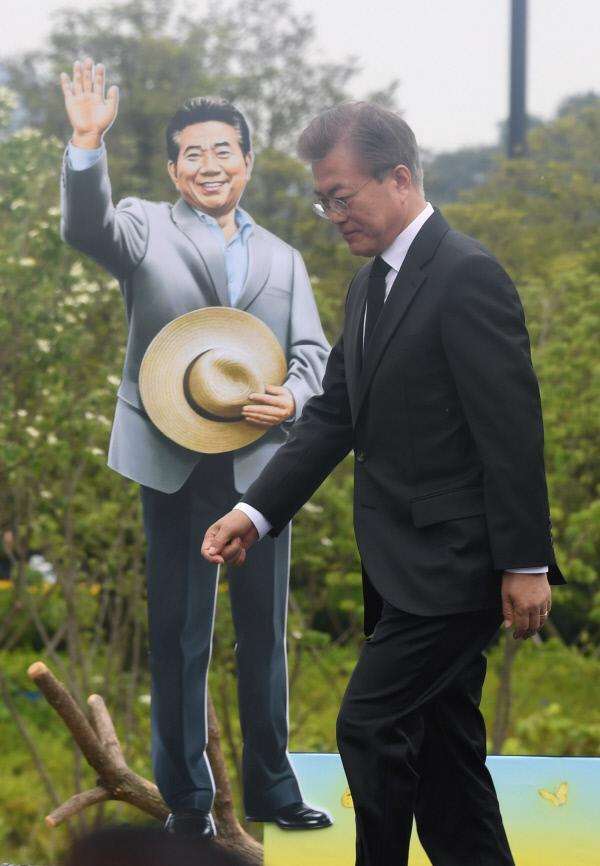 문재인 대통령이 23일 오후 경남 김해시 진영읍 봉하마을에서 열린 노무현 전 대통령 서거 8주기 추도식에서 인사말을 한 후 단상에서 내려오고 있다. 청와대사진기자단