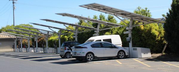 미국 실리콘밸리의 구글 캠퍼스 주차장에서 쉐보레 볼트 등 전기차 2대가 태양광 발전을 통해 충전되고 있다. 실리콘밸리 | 전병역 기자
