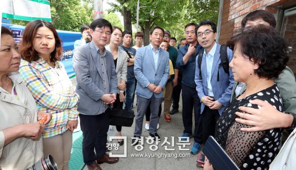 하승창 청와대 사회혁신수석(오른쪽)이 5월 20일 오후 서울 종로구 청운동사무소 앞에 있는 스텔라데이지호 농성장을 방문, 실종자 가족들과 이야기하고 있다. / 청와대사진기자단
