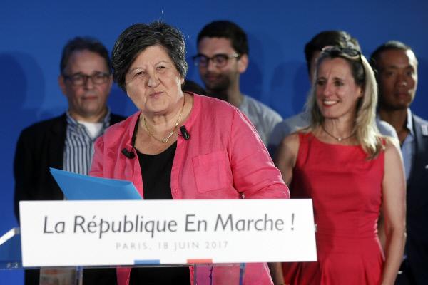 마크롱이 올해 1월 출범시킨 '전진하는 공화국(LRM)'의 카트린 바르바로 의장이 6월18일 총선 결선투표 종료뒤 파리 당사에서 승리 연설을 하고 있다. 2015년 3월 파리에서 발족한 자유좌파(La Gauche Libre)를 모태로 한다. 파리/EPA연합뉴스