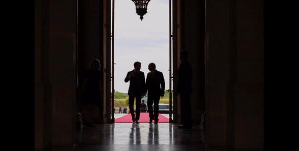 제국의 향수을 되살리게 하는 장면이다. 에마뉘엘 마크롱 프랑스 대통령(왼쪽)이  지난 5월 29일 파리 인근 베르사유궁에서 블라디미르 푸틴 러시아 대통령과 회동을 한 뒤 문을 나서고 있다.  음영이 짙은 사진이 많은 것도 마크롱 이미지 정치의 특징이다.  프랑스 대통령궁(엘리제궁) 홈페이지