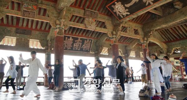 밀양백중놀이 인간문화재 하용부가 지난 17일 경남 밀양 영남루에서 참가자들에게 영남의 춤인 덧뵈기를 가르쳐주고 있다. 밀양 | 김기남 기자 kknphoto@kyunghyang.com