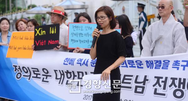 한국과 베트남 역사문제의 정의로운 해결을 촉구하는 시민들이 28일 서울 세종로 정부서울청사 앞에서 기자회견을 가졌다. 베트남 유학생 도 응옥 루옌(34)이 한국인들에게 보내는 편지를 읽고 있다. / 김창길 기자 cut@kyunghyang.com