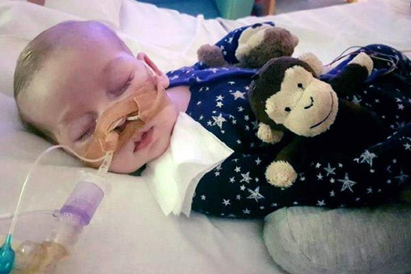 미토콘드리아결핍증후군(MDS)이라는 희귀 유전병을 앓고 있는 생후 11개월 아기 찰리 가드가 지난달 30일(현지시간) 영국 런던의 그레이트오몬드 스트리트 병원에서 연명치료를 받고 있는 모습. 런던|AP연합뉴스