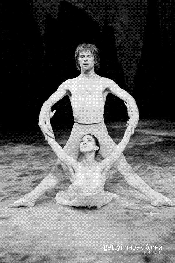 루돌프 누레예프가 영국 런던 로열발레단 소속이었던 1969년 3월, 발레리나 마고트 폰테인과 함께 로열오페라하우스에서 <펠레아스와 멜리장드>의 마지막 무대연습을 하고 있다. 게티이미지코리아