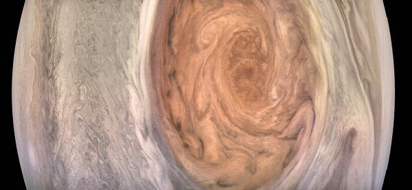 목성의 거대한 대적점을 탐사선 주노가 지난 10일 근접촬영해 지구로 보내왔다. 대적점을 관측한 이래 가장 선명하고 상세하게 대적점의 모습을 촬영한 것이다. |미 항공우주국(NASA)