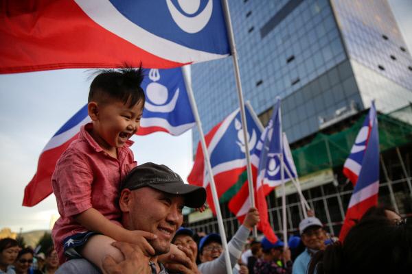 칼트마 바툴가의 지지자들이 지난 7월8일 바툴가의 대선 승리를 기뻐하며 울란바토르 시내를 행진하고 있다. 울란바토르 EPA연합뉴스