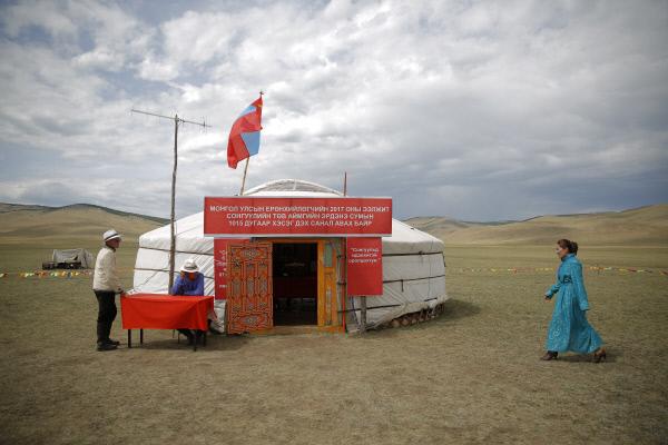 지난 6월26일 1차투표에서 한 몽골 주민이 투표를 하기 위해 몽골 투브 지방 에르덴솜의 초원에 설치된 대선 투표소로 가고 있다.  EPA연합뉴스