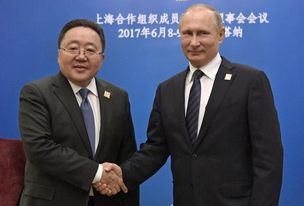 지난 6월9일 카자흐스탄 이스타나에서 열린 상하이 협력기구 정상회에 참석한 차히야 엘벡도르지 몽골 대통령(왼쪽)이 블라디미르 푸틴 러시아 대통령과 악수를 하고 있다.  중국이 아닌, 제3국의 이웃국가를 찾는 것이 몽골의 숙원이다. 이스타나 AP연합뉴스