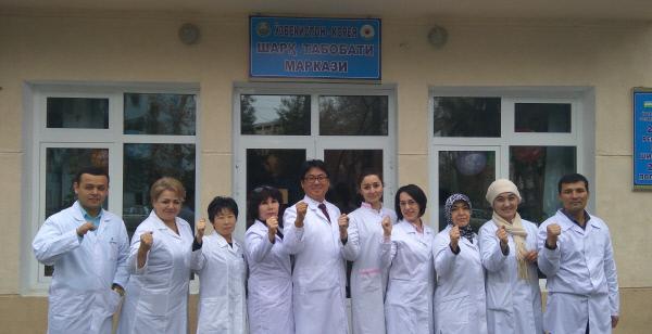 송영일 글로벌 협력한의사(왼쪽에서 5번째)가 우즈베키스탄 현지 의료인들과 파이팅을 외치고 있다.송영일 한의사 제공