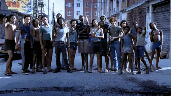 2002년 개봉한 브라질 영화 <시티 오브 갓>의 한 장면. 왼쪽에서 여섯번째 푸른색 셔츠를 입은 소년이 이반 다 시우바 마르틴스다. 리우데자네이루 경찰은 지난 27일(현지시간) 마르틴스를 경찰 살해 용의자로 수배했다.