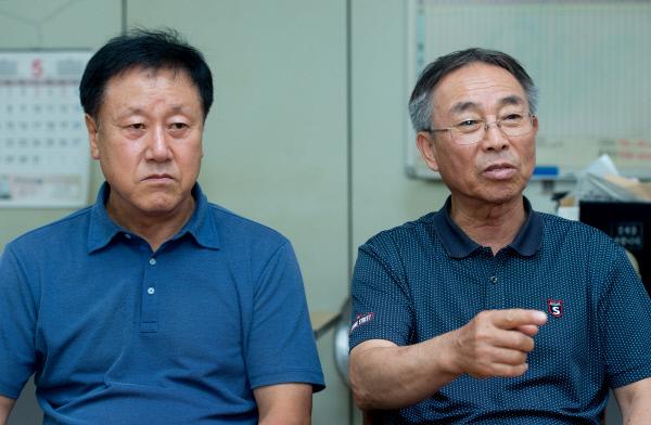 1980년 5월 당시 광주에서 택시운전사로 일하며 민주화운동에 참여했던 (왼쪽부터) 장훈명, 이행기씨를 8월 2일 광주 서구에 위치한 5·18 구속부상자회 사무실에서 만났다./우철훈 선임기자