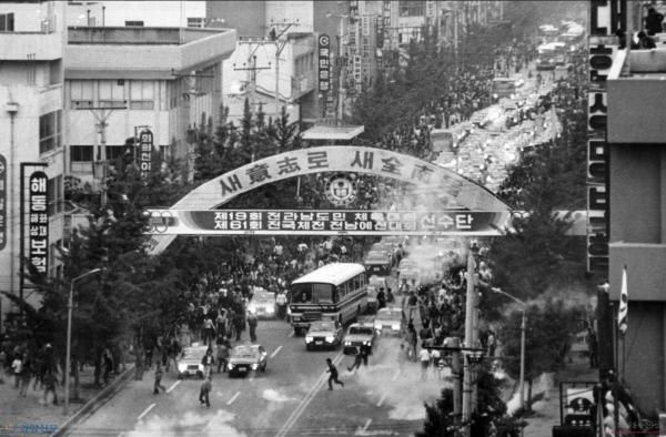 1980년 5월 20일 버스와 택시 운전사들이 금남로에서 차량시위를 벌이는 모습. /경향신문 자료사진