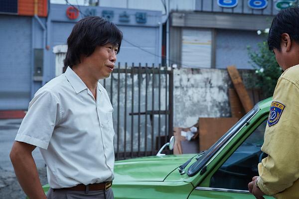 영화 <택시운전사>의 한 장면. 영화는 서울에서 온 택시기사의 시선으로 광주에서 벌어진 일들을 비추지만, 영화 속 '조연'인 광주의 택시운전사 황태술(유해진)은 실제 5월 항쟁의 '주역'이었다./쇼박스 제공