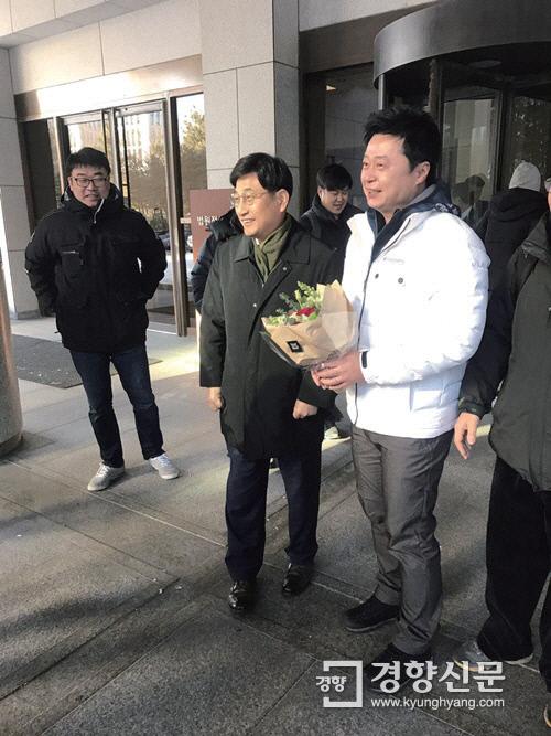 삼성에버랜드 노조 조장희 부위원장(맨 오른쪽)이 2016년 12월 29일 대법원에서 열린 부당해고 취소소송에서 승소한 뒤 축하 꽃다발을 받고 있다. / 삼성인권지킴이 제공