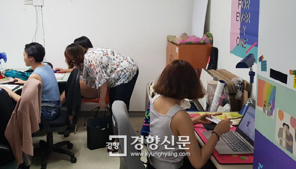 지난 9일 서울 대방동 한국사이버성폭력대응센터 사무실에서 자원봉사자들이 리벤지 포르노를 검색하고 있다.  배동미 기자
