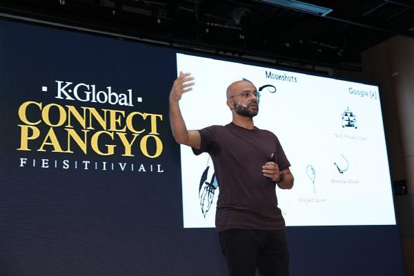 28일 판교 스타트업 캠퍼스에서는 K-ICT 본투글로벌센터가 주관한 'K-Global 커넥트 판교 페스티벌 2017'(K-Global Connect Pangyo Festival)이 열렸다. 기조연설을 하고 있는 모 가댓(Mo Gawdat) 구글X 신규사업개발 대표. K-ICT 본투글로벌센터 제공