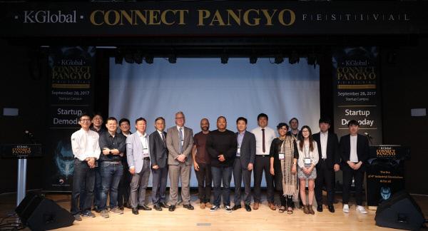 28일 K-ICT 본투글로벌센터가 주관한'K-Global 커넥트 판교 페스티벌 2017'스타트업 데모데이에서 참가 스타트업들과 심사위원들이 기념 촬영하는 모습. K-ICT 본투글로벌센터 제공