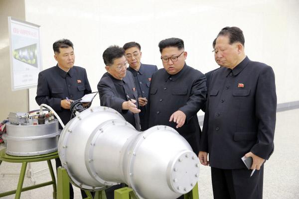 북한이 지난 9월3일 배포한 사진. 김정은 노동당 위원장이 모처에서 수소탄의 장착과정을 지켜보았다고 전했다. AP연합뉴스