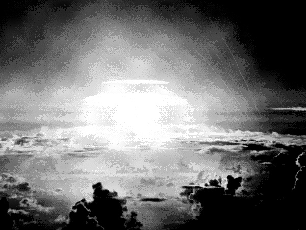 """1956년 5월21일 미국이 태평양의 비키니 환초에서 실시한 수소폭탄 실험. 리용호 북한 외무상은 도널드 트럼프 미국 대통령이 지난 9월19일 유엔총회 연설에서 """"북한을 완전히 파괴할수있다""""고 경고하자, 이를 """"개짖는 소리""""라고 폄하하면서 북한이 태평양에서 수소폭탄 실험을 할 수 있음을 시사했다. AP연합뉴스"""