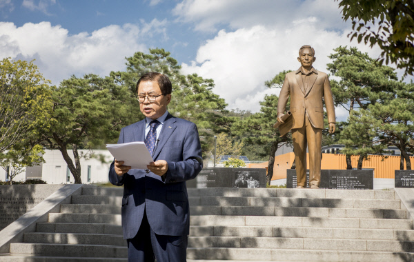 남유진 구미시장(64)이 지난 3일 구미시 상모동 박정희 전 대통령 생가 인근 동상 앞에서 '영전에 고하는 글'을 읽고 있다. 구미시 제공