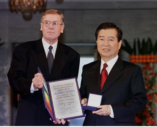 김대중 대통령이 2011년 7월 노르웨이 오슬로 시청 메인홀에서 노벨위원회 베르거 위원장으로부터 노벨평화상 증서와 메달을 받고 있다. /AP연합뉴스