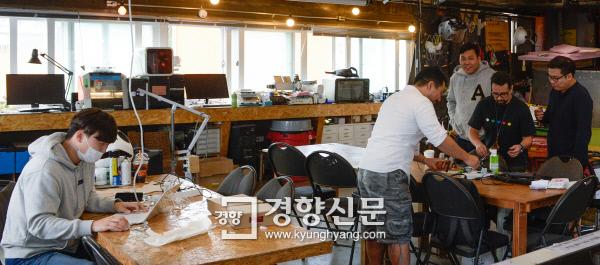 분주한 제작 실험실 19일 서울 종로구 세운상가에 위치한 제작 실험실 '팹랩 서울'에서 엔지니어들이 다양한 장비를 이용해 아이디어 구현 제품들을 만들어 보고 있다. 이준헌 기자 ifwedont@kyunghyang.com