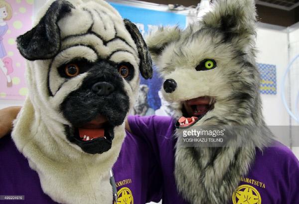일본의 장난감 가게에서 늑대 마스크와 개 마스크를 한 직원이 함께 포즈를 취하고 있다. | 게티이미지코리아