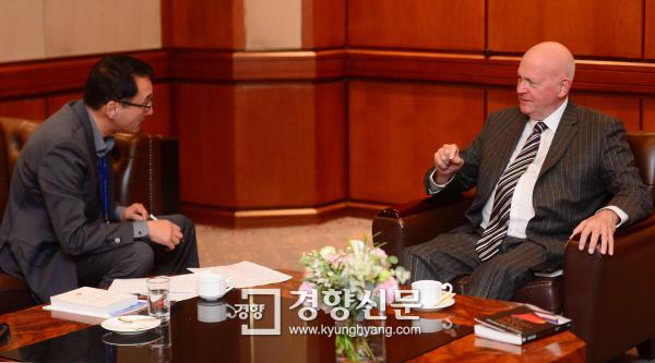 마이클 필스버리 미국 허드슨연구소 중국전략연구센터장(오른쪽)이 지난 16일 서울 홍은동 그랜드힐튼호텔에서 경향신문과 인터뷰하고 있다.  김창길 기자