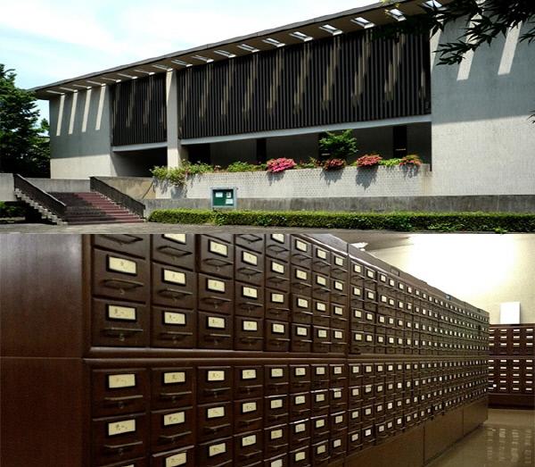 일본근대문학관 외부 전경(사진 위)과 내부 모습. 일본근대문학관 홈페이지